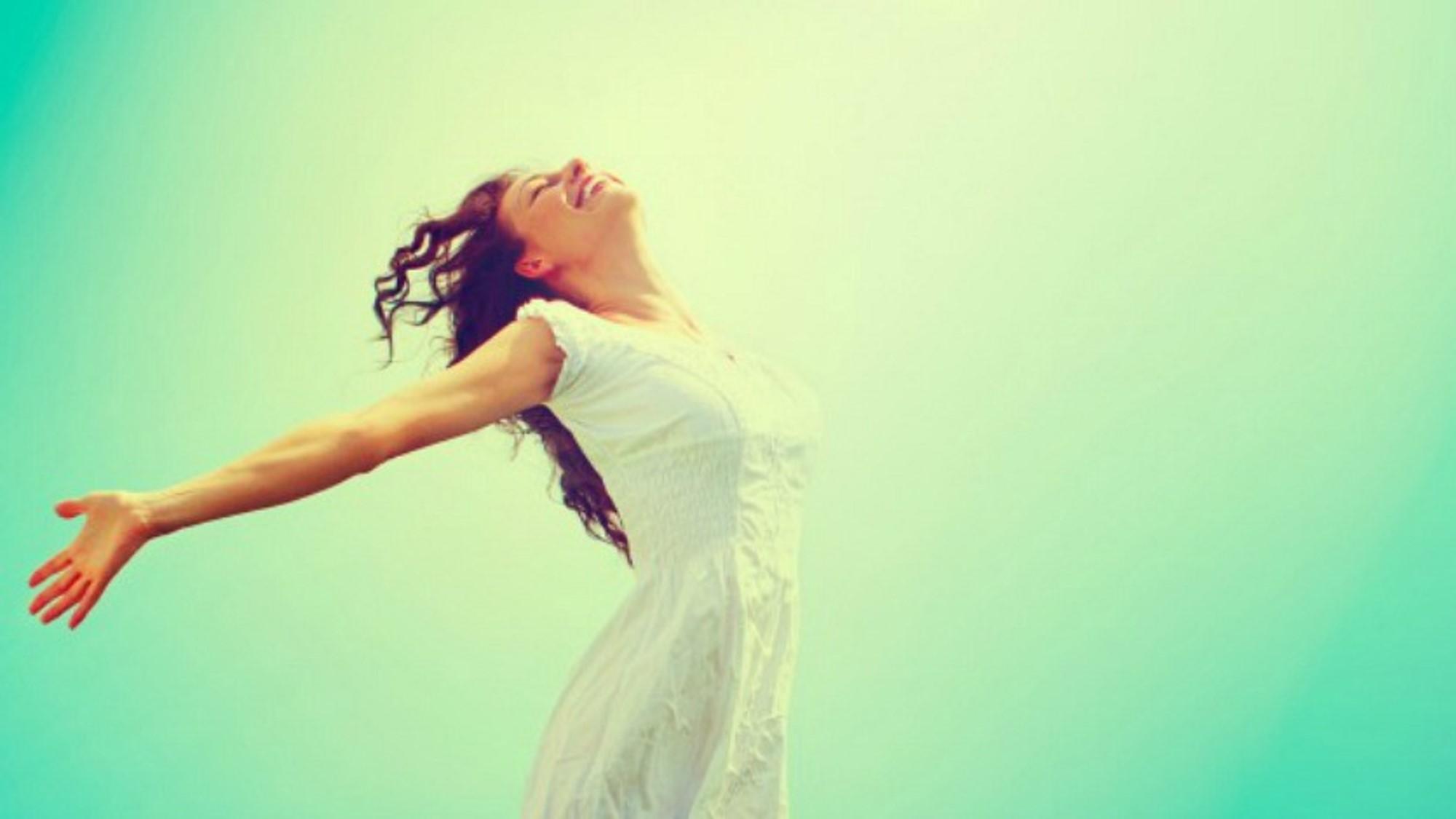 mujer abre los brazos para calmar la ansiedad